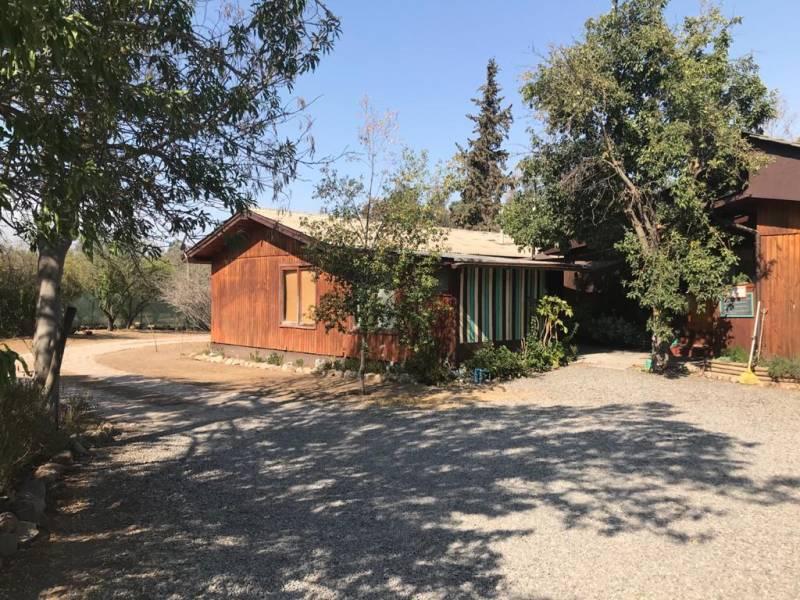 Parcela con 3 casas en entorno campestre en Paine
