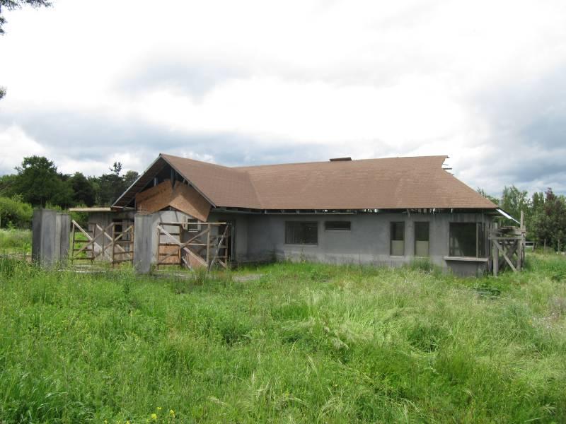 Vende Casa de 200 m2 x terminar, km 8 - camino Sta Barbara
