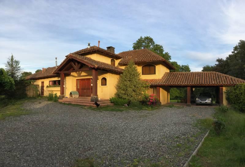 Se vende Hermosa Casa estilo colonial a 2 km de los Ángeles