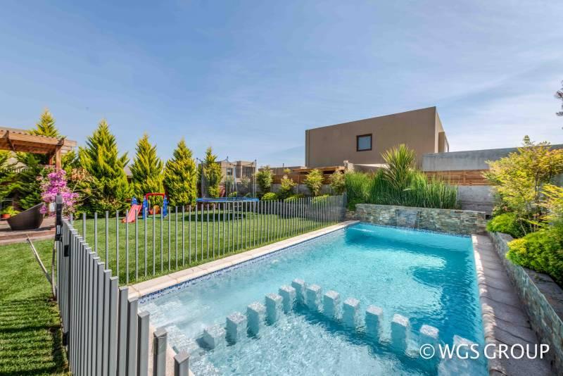 Hermosa casa con piscina en condominio