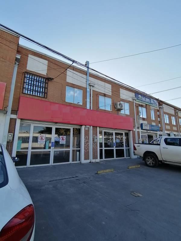 Amplio Local Comercial con Oficinas en Excelente Ubicación