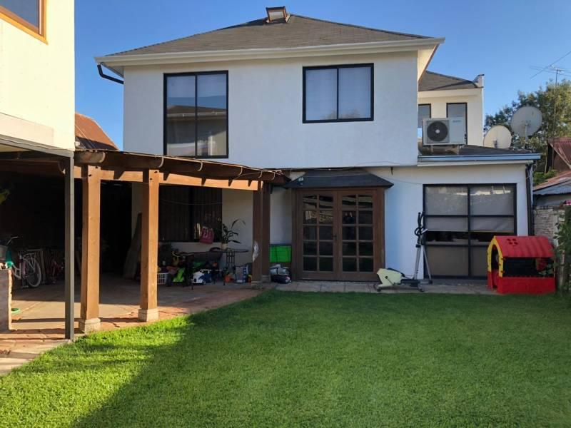 Bella casa con amplio patio y oficina a 3 minutos del centro