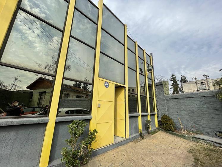 Se Arrienda  oficina de 2 pisos, planta libre y privados