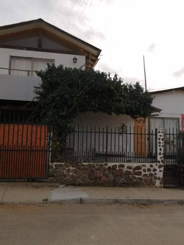 HERMOSA CASA UBICADA EN GUANAQUEROS. AMPLIA PROPIEDAD.