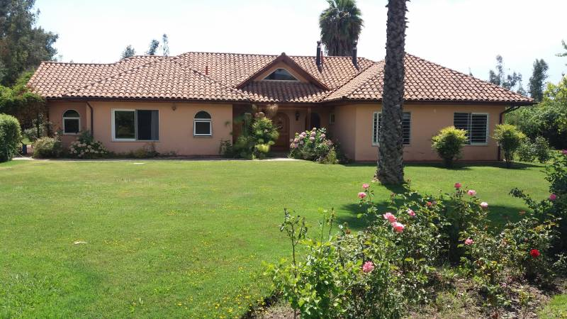 MYCASA BROKERS VENDE PARCELA CON CASA 5D-4B, A $330.000.000,