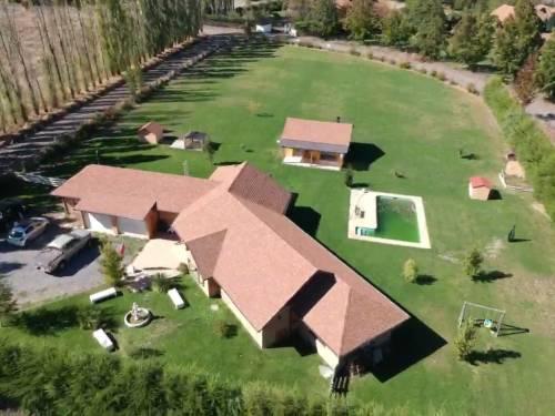 Casa en Parcela - Piscina Quincho y estacionamiento cerrado