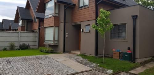 Se Arrienda Casa de 120 m2. con Piscina, Quincho y jardines