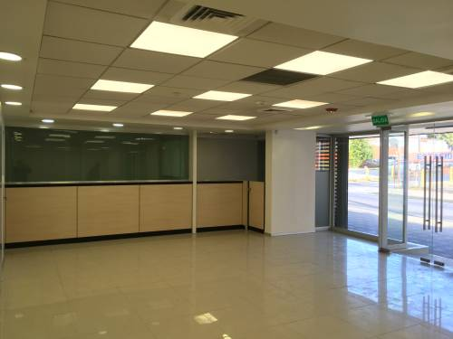 ARRIENDO LOCAL COMERCIAL CENTRAL 200 m2 - 4 Privado - 2 Baño