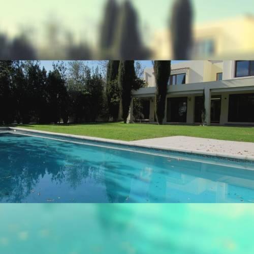Casa con finas terminaciones y alta seguridad en Chicureo